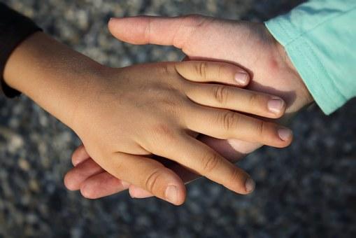 manos apoyo niños
